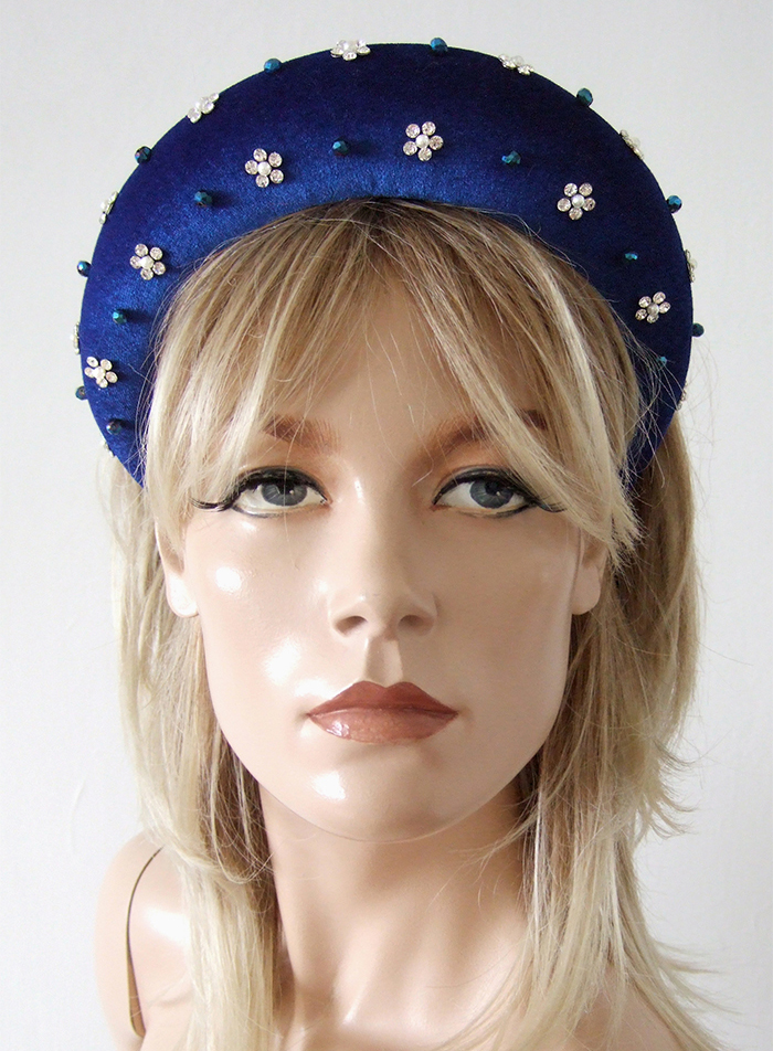 Wide Velvet Padded Headband with Crystals 2020. What to wear for an Autumn Wedding 2020. Wide Padded Hair Band for Autumn. Padded Headbands Trend Autumn Winter 2020. What to wear to a Fall Wedding 2020. Embellished Hair Bands 2020. Royal Blue Padded Headband 2020. Padded Velvet Headbands 2020.