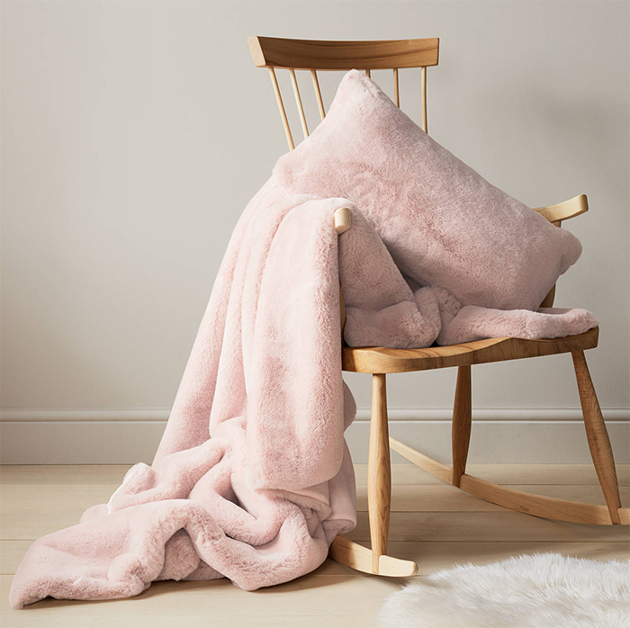 Gift ideas for Mum. Faux Fur Blanket. Best Faux Faux Throws 2020. Cozy Christmas Gift Ideas 2020. Home Decor Christmas Gift Ideas. Gifts for Mothers Day 2020. Pamper Mum Gifts 2020. Top Christmas Gift Ideas 2019